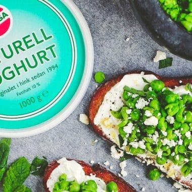 Bruschetta med Larsa yoghurt, feta och ärtor. Vid sidan om Naturell Larsa yoghurt.