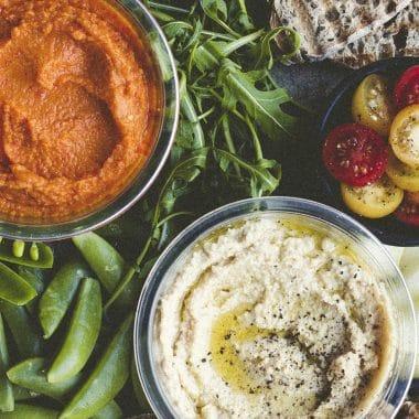 Hummus classic och hummus paprika omringad av olika grönsaker.