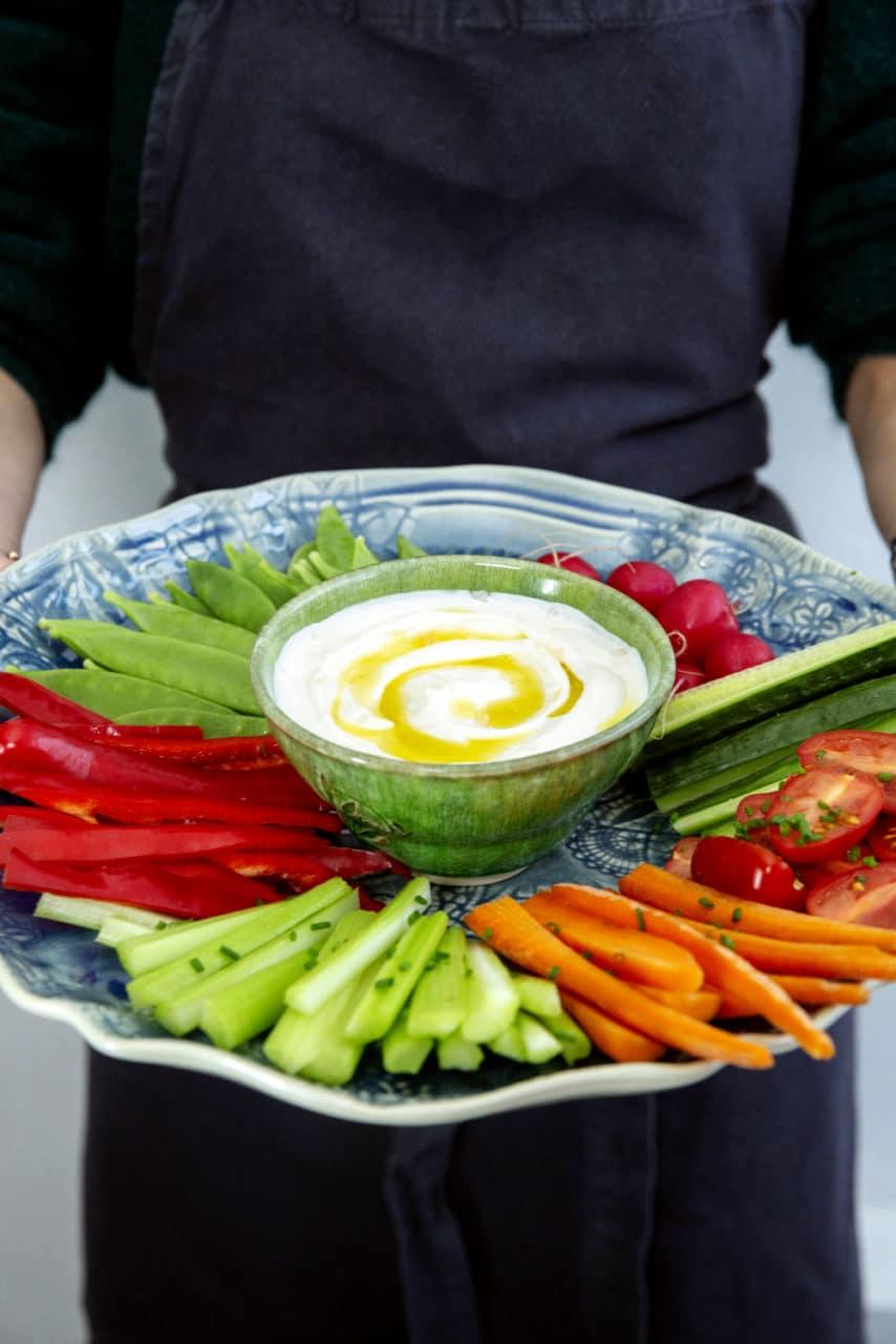 bild på typisk medelhavskosten, dippa med olika grönsaker på ett fat.