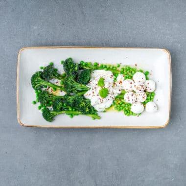 Avlång tallrik med bellaverde, ärtor, labneh och grekisk yoghurt.
