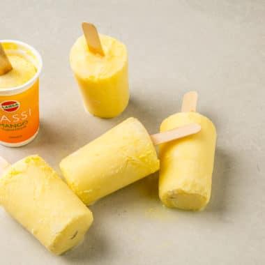 Fem glassar som är gjord på Mango Lassi från Larsa