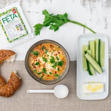 Linssoppa i en skål toppad med Larsa Fetast och Larsa yoghurt