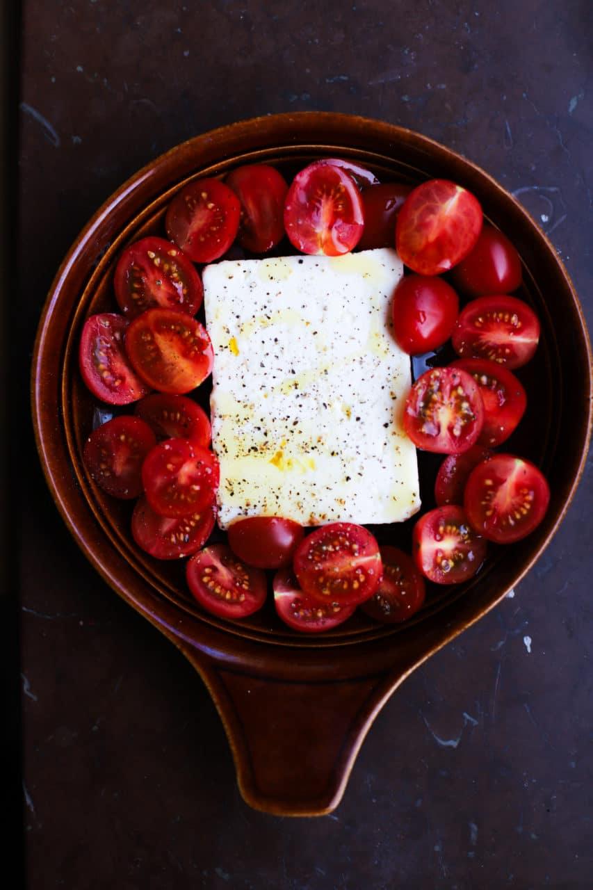 Liten rund ungfastskål med ungsbakad fetaost från Larsa och skivade tomater.