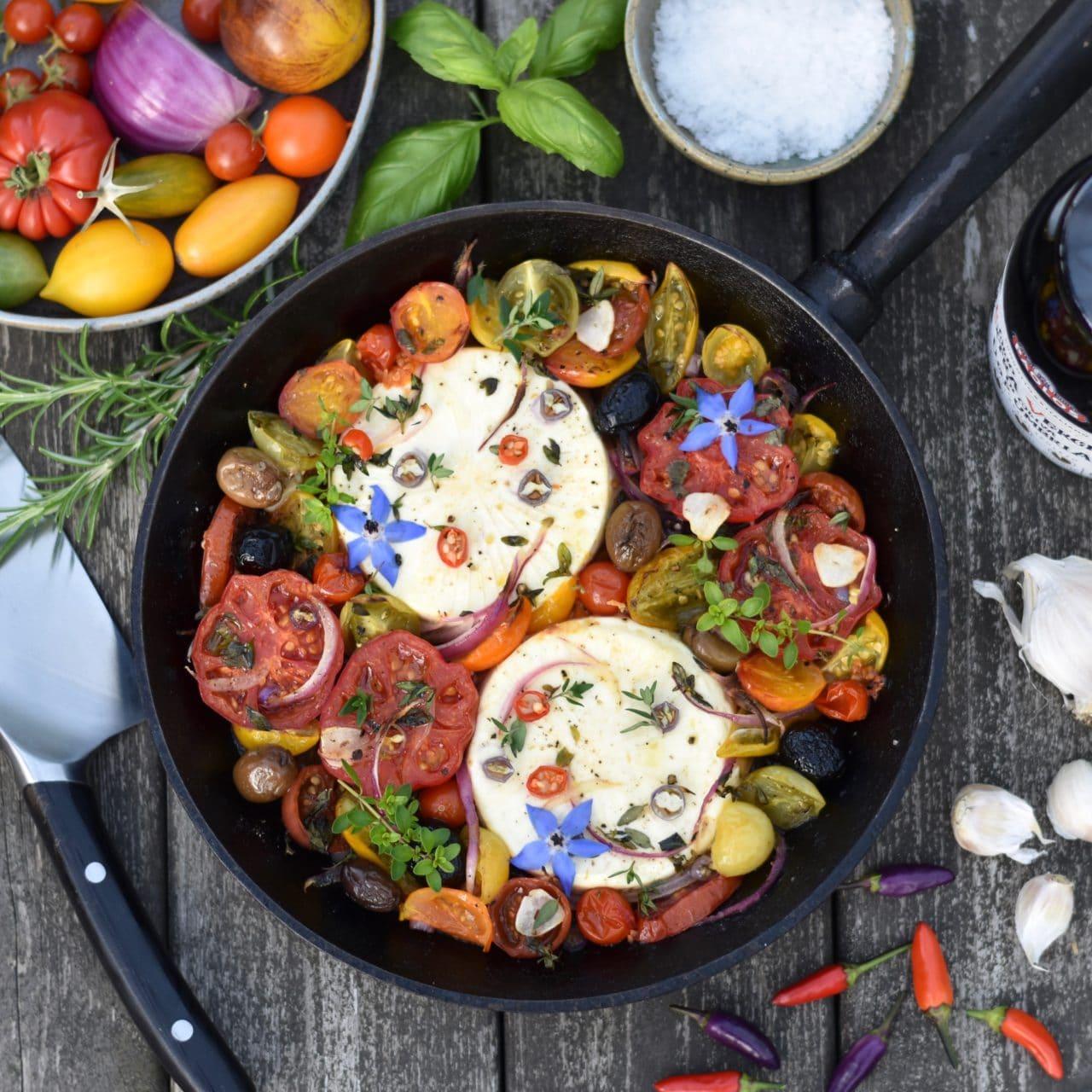 En stekpanna med stekta grönsaker och vitost