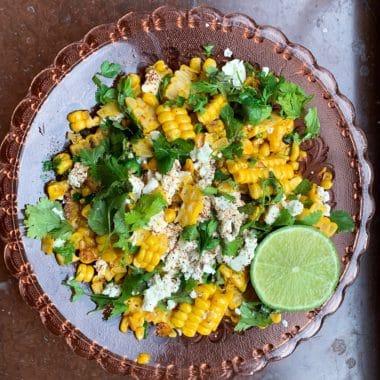 Glastallrik med fetaost sallad, majs och en halv lime