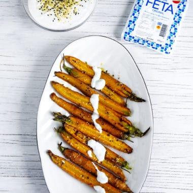 Morötter toppat med yoghurt och feta täcke.