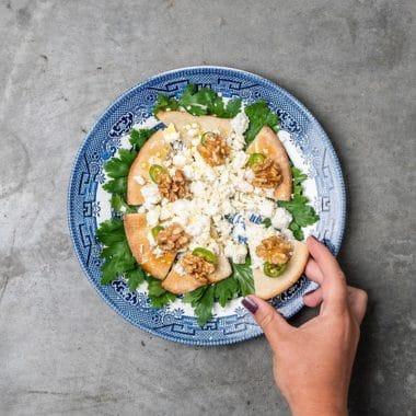 Rund tallrik med rostat bröd och feta spread