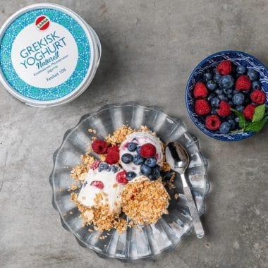 Yoghurtglass med bär och granola