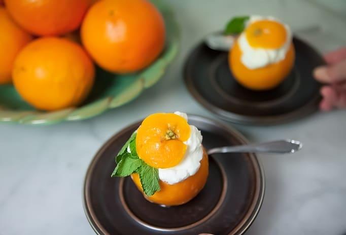 En dessert i form av en apelsin som är fyllt med en yoghurt fyllning.