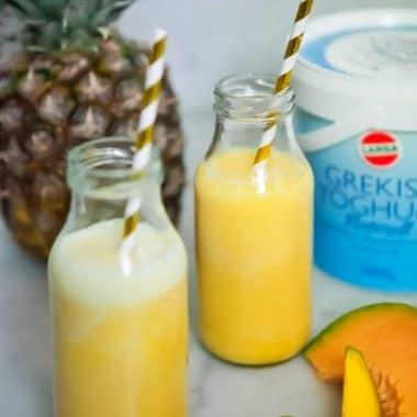 Smoothie med ananas, mango och melon i två glas