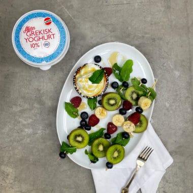 Limemarinerade fruktspett med yoghurtdipp