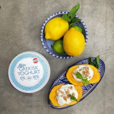 Mango med täcke av yoghurt och granola