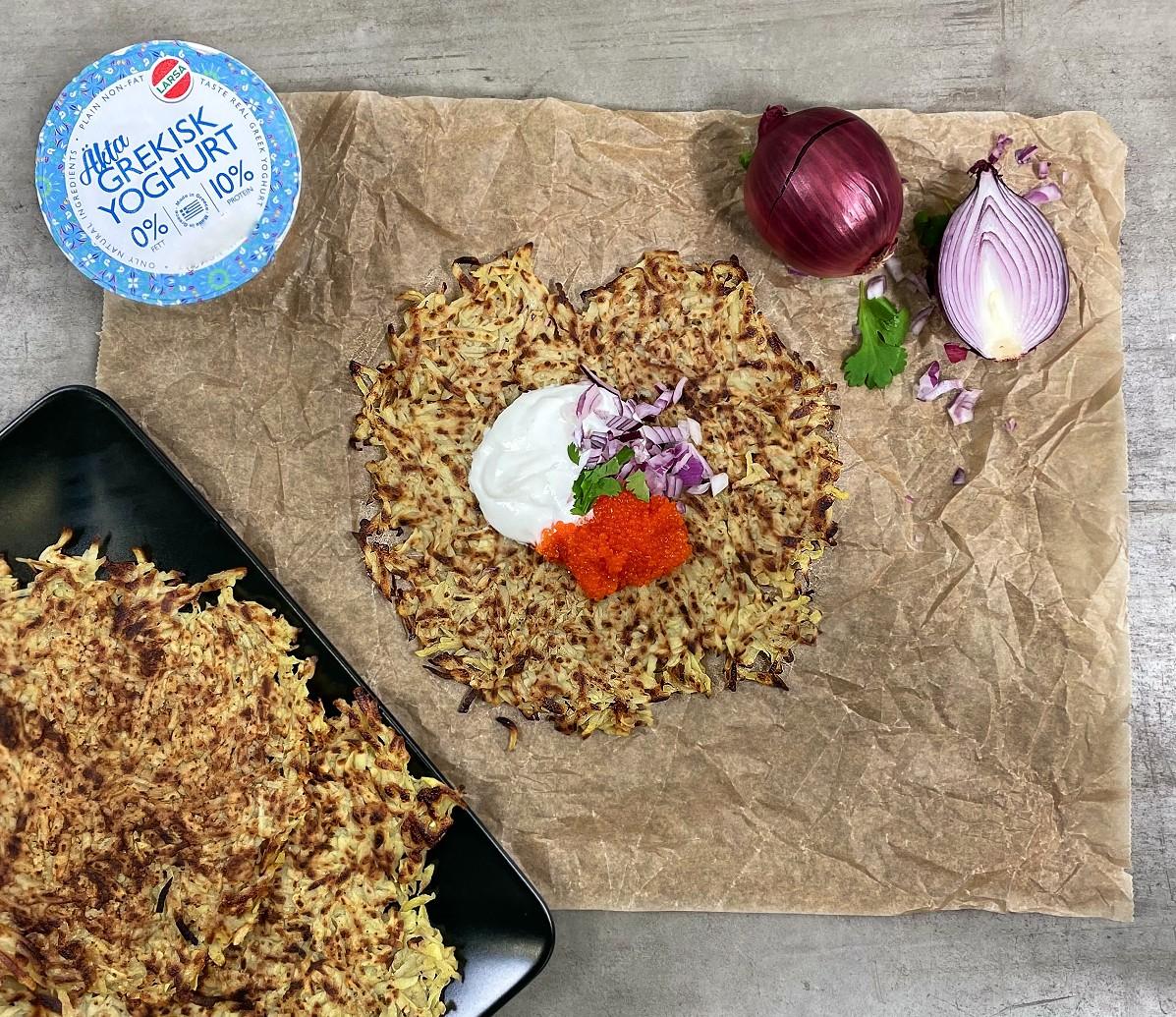 Frasiga rårakor med grekisk yoghurt. rödlök, koriander och fiskrom