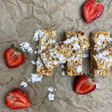 Granola bars med grekisk yoghurt glaze med jordgubbar runtomkring