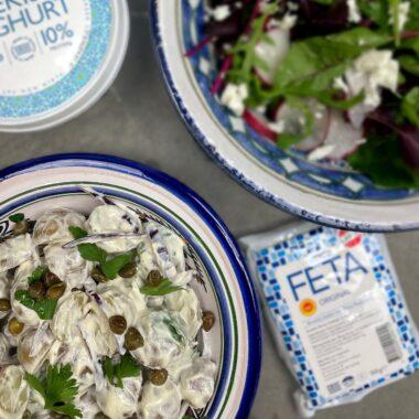 Krämig potatissallad med grekisk yoghurt med en grönsallad med fetaost vid sidan om