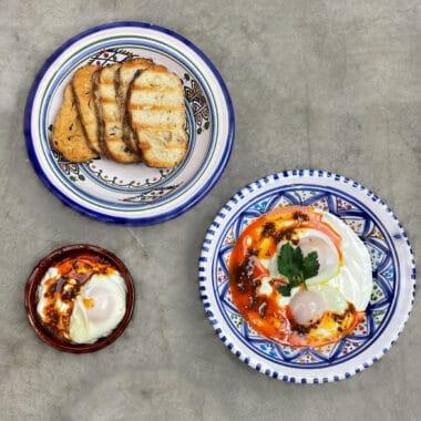 Pocherat ägg med yoghurt och aleppopeppar-smör med rostat bröd vid sidan om