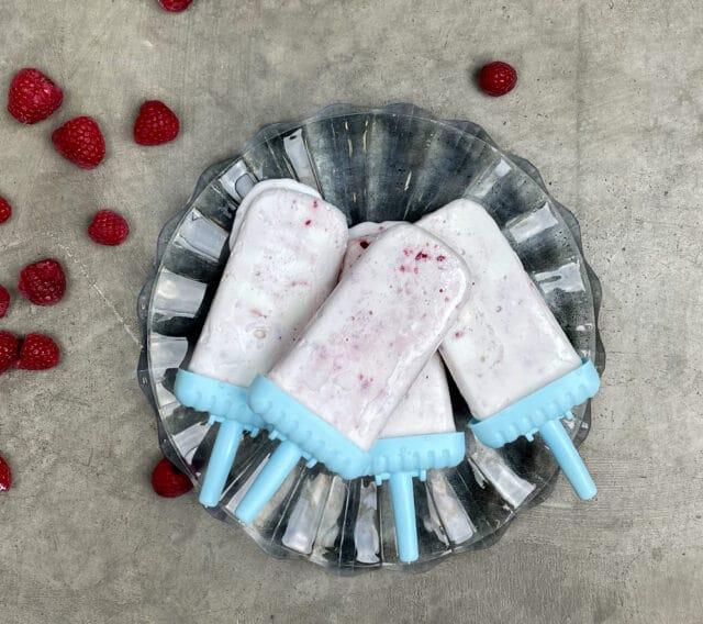 Somriga yoghurtglasspinnar med bär