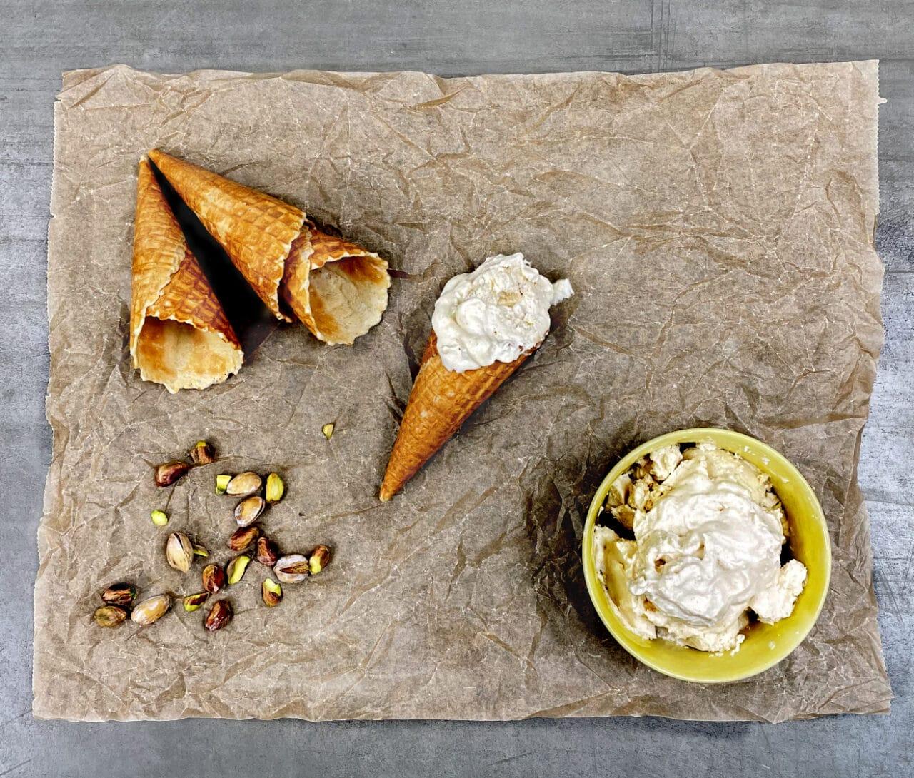 Frozen yoghurt dessert med brynt smör