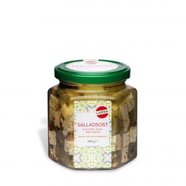 Produktbild på Larsa salladsost och oliver i en genomskinlig glasburk med grönt lock.