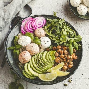 Bowl med Labneh, kikärter, ruccola, skivad avokado, lime och polkarödbeta.