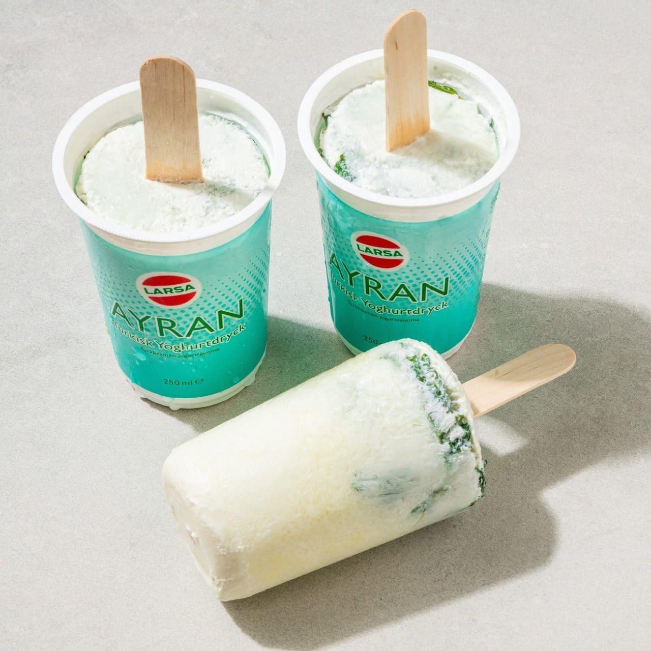 Ayran formar med frusen ayran som blir till yoghurtglass