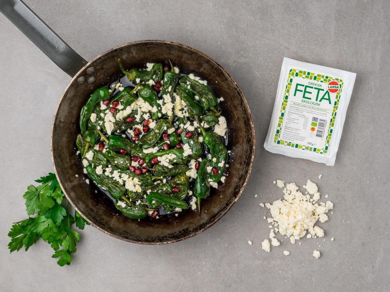 En stekpanna med stekta grönsaker och fetaost från Larsa
