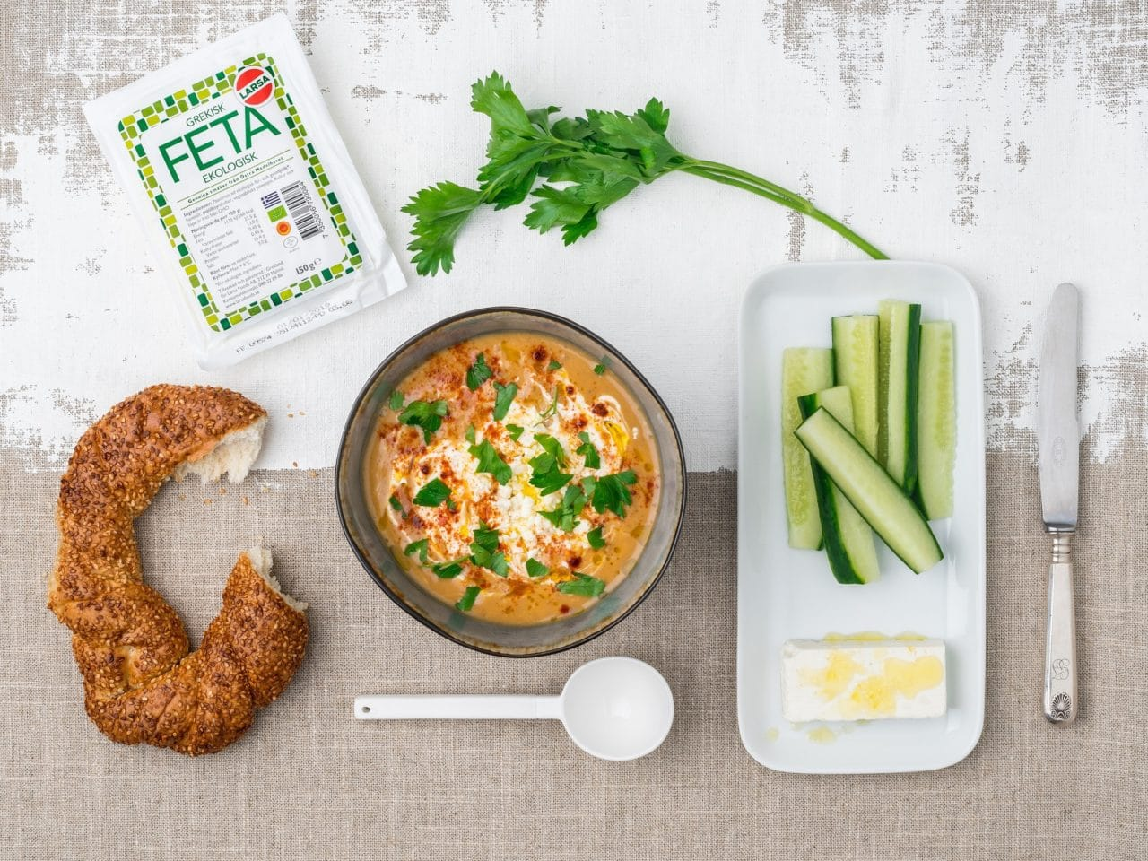 Linsoppa i en skål toppad med Larsa Fetast och Larsa yoghurt