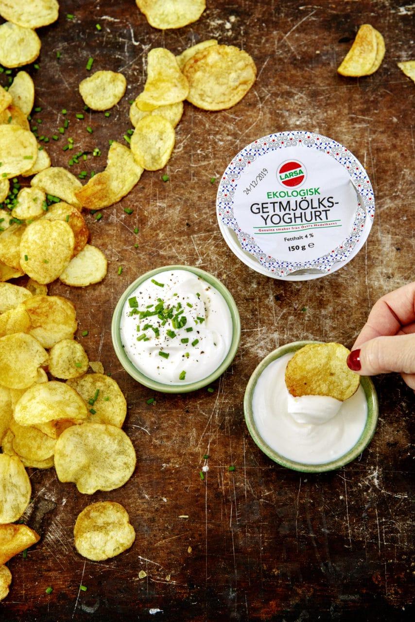 Chips och två små skålar med getyoghurt dipp.