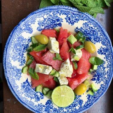 Blå och vit tallrik med vattenmelon, oliver, gurka och Larsa Feta