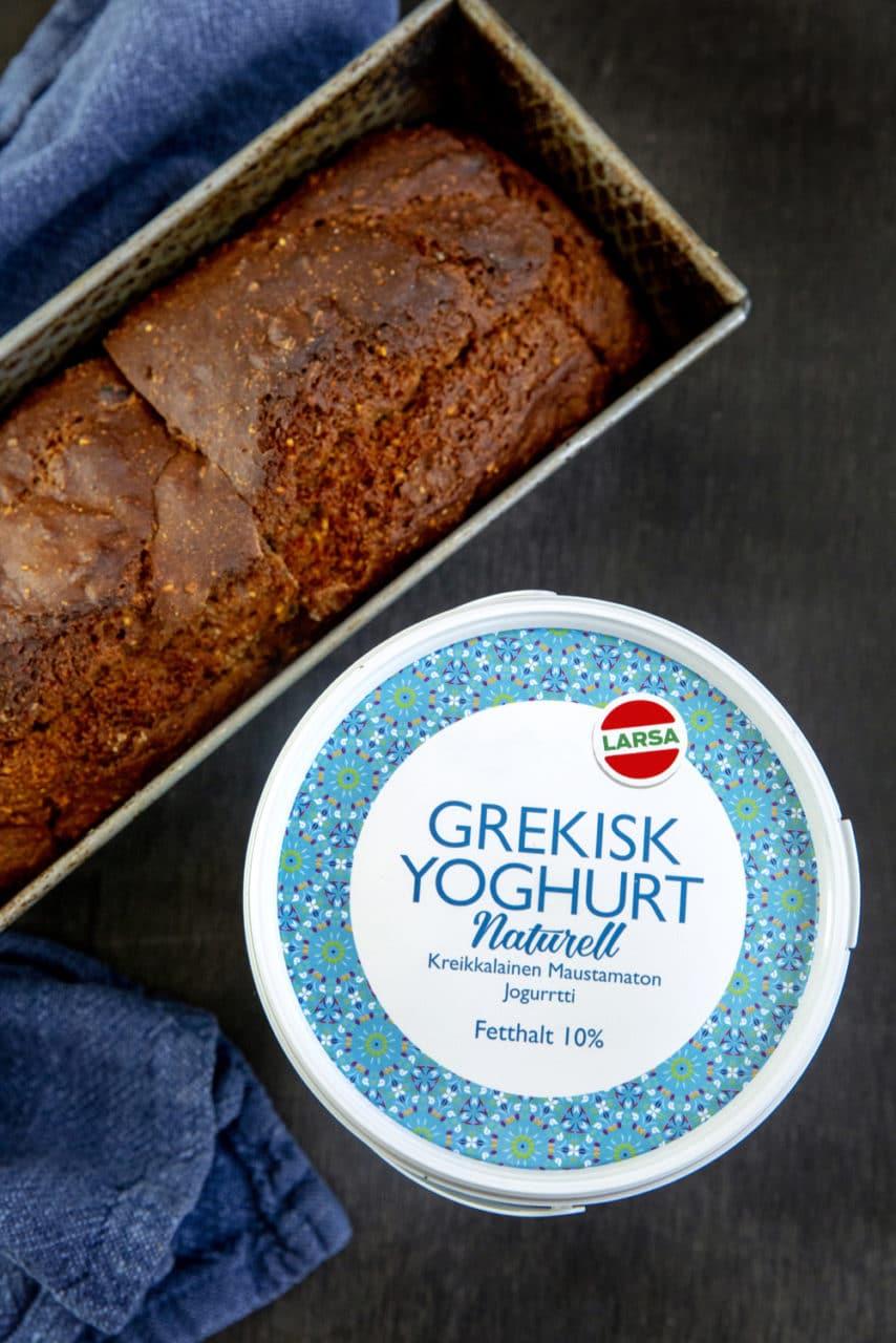 Yoghurtbröd i en avlång bakform med Lars Grekisk yoghurt vid sidan om