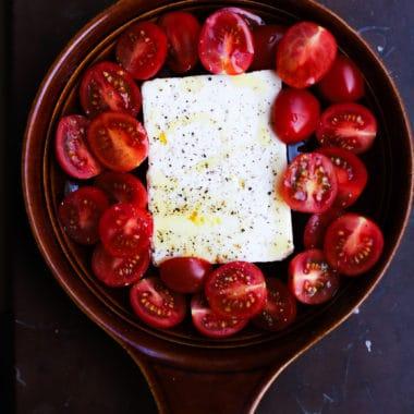 Liten rund ungfastskål med ungsbakad feta från Larsa och skivade tomater.