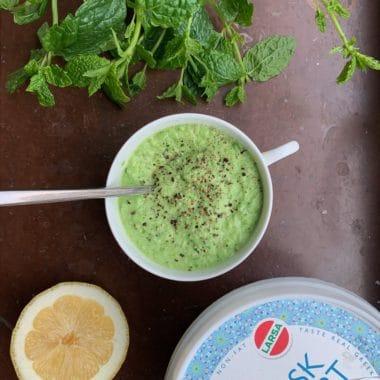 En vit kopp med ärtröra gjord på Larsa feta och Larsa yoghurt.