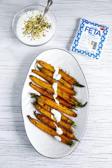 Späda morötter med dukkah under Yoghurt & Feta täcke
