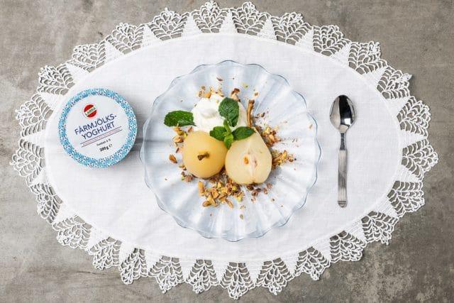 Bakade päron med yoghurtgrädde