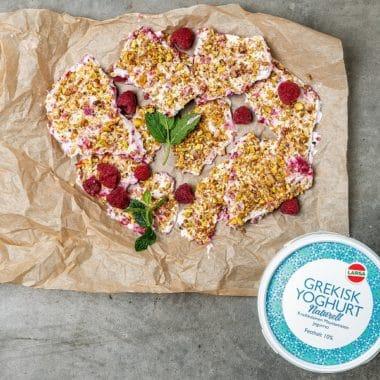 Fruset yoghurtflarn med hallon och hackade pistagenötter