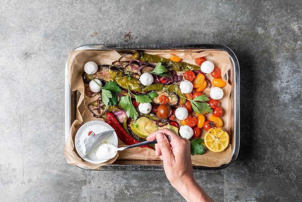 Plåt med ungsrostade grönsaker, labneh och yoghurt
