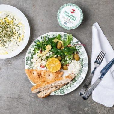 En tallrik med bröd, grönsaker och Yoghurt bearnaise