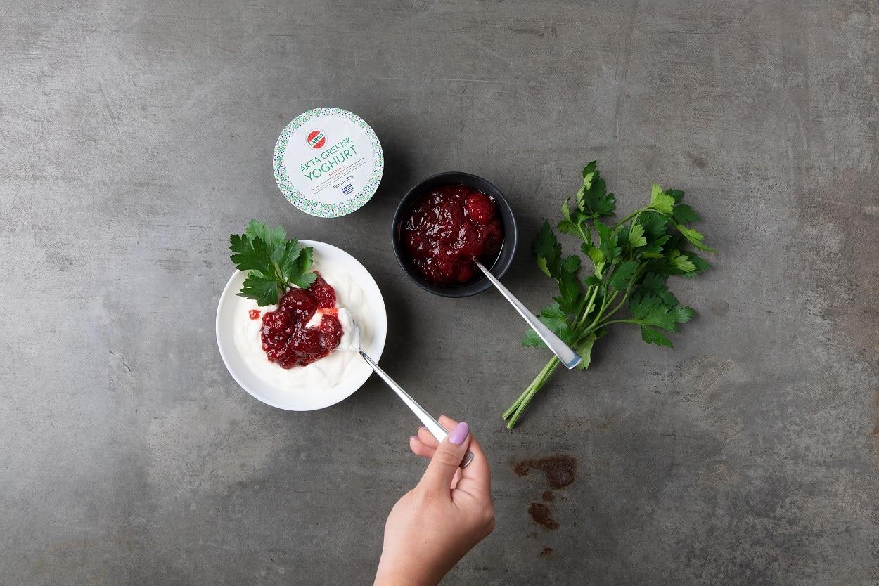 En skål med jordgubbssylt och yoghurt.