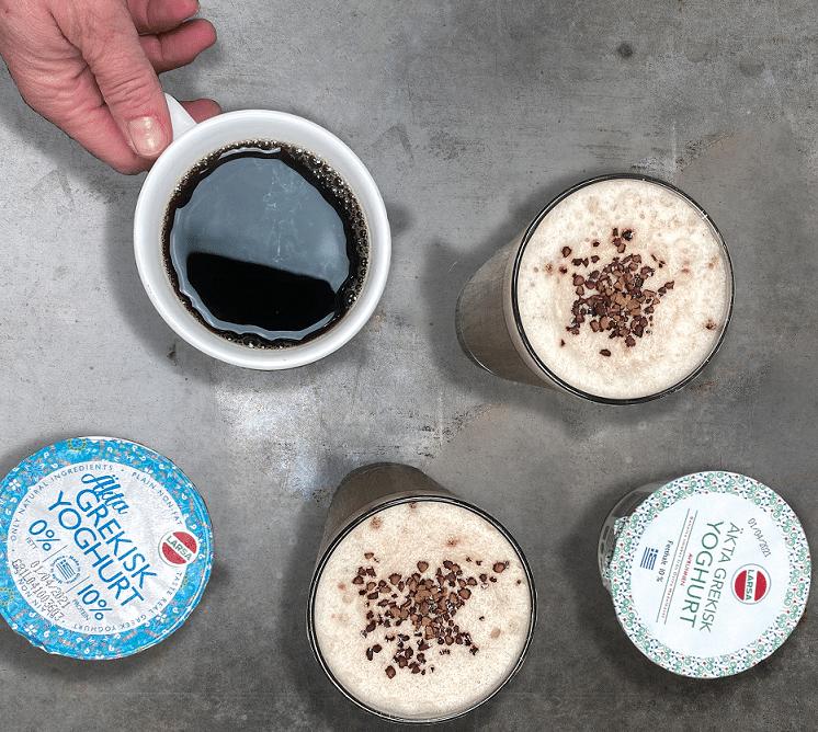 Kaffesmoothie i två glas, en kopp kaffe och två yoghurtburkar