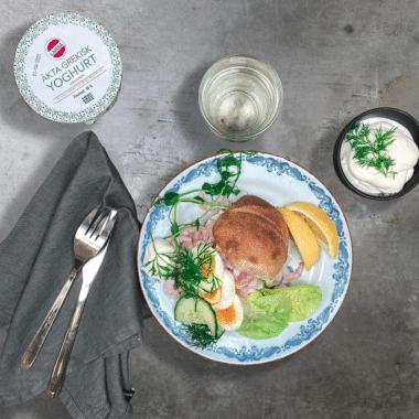 Majonnäs gjord på yoghurt på en klassisk räkmacka.