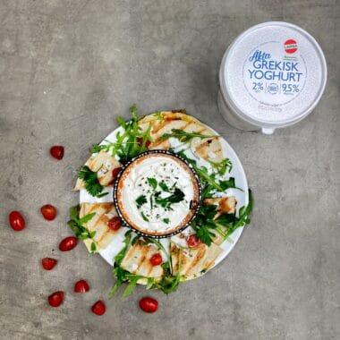 Quesadilla med yoghurtsås. Garnerad med ruccola och plommontomater