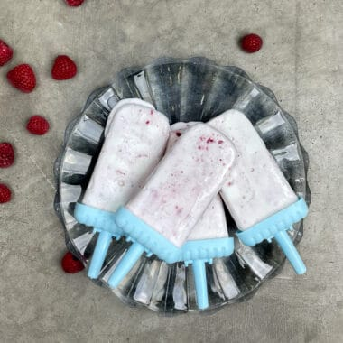 Somriga yoghurtglasspinnar med färska hallon