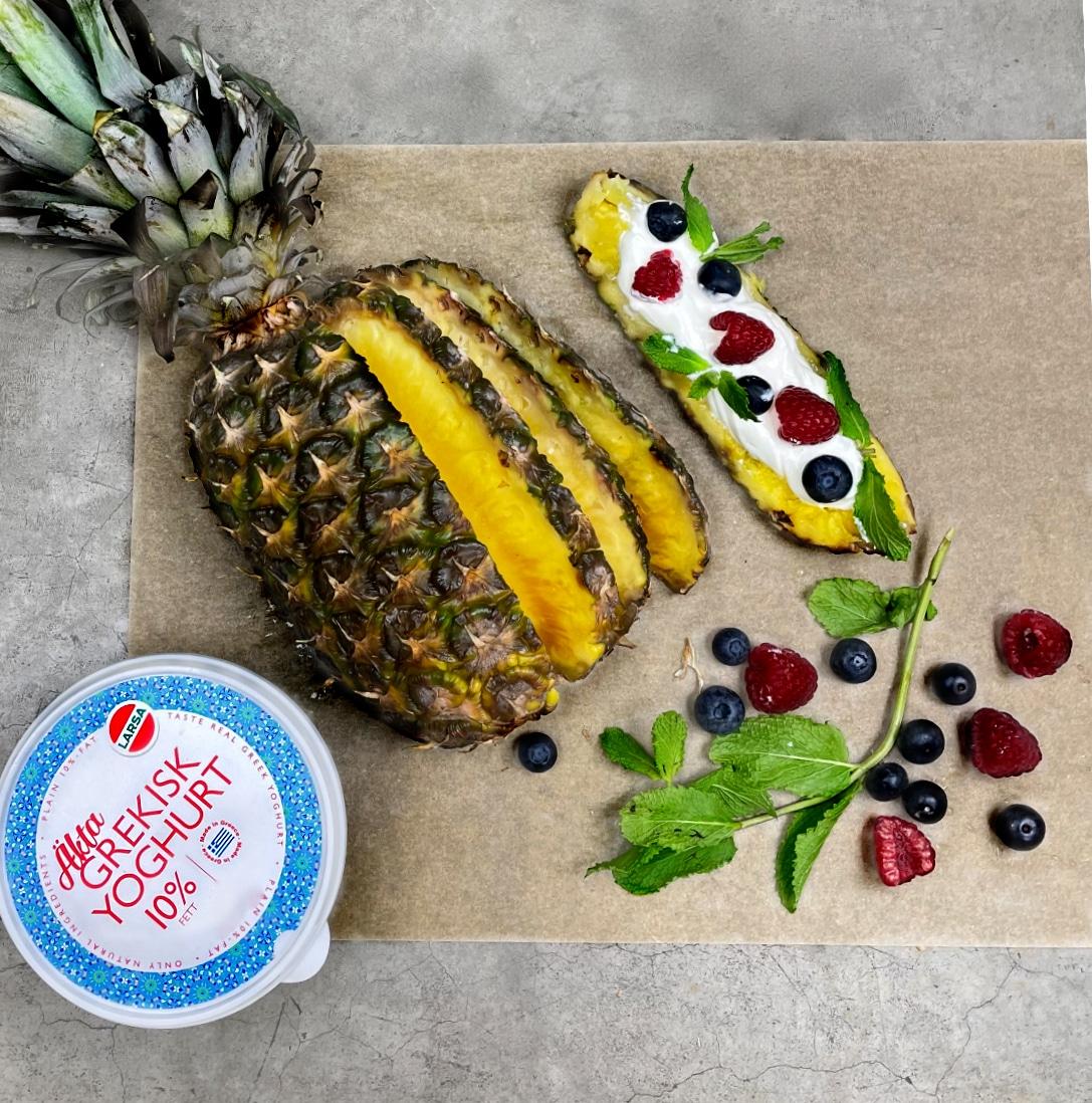 Ananasskivor med grekisk yoghurt och bär