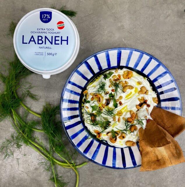 Labneh toppad med färska örter och rostade nötter